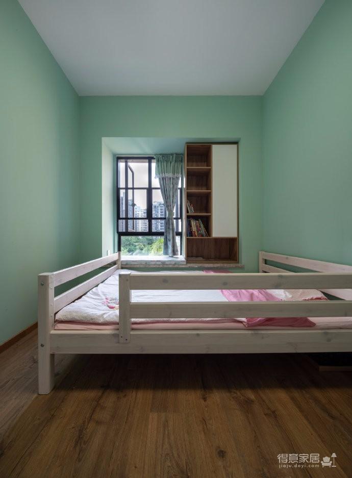 业主一家五口人居住,初期设计师跟业主的沟通碰撞中,一家人对原木色情有独钟,所以后期的风格基本定了北欧,材质上选择了客户一家都比较喜欢的褐色的原木。利用有色墙的色彩变化,代替了墙面的软装饰,不同空间的功能性从而来定制的组合收纳定制柜体图_3