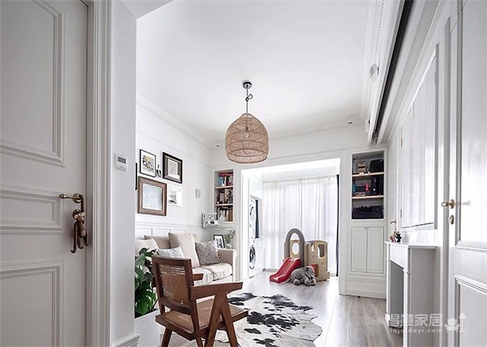 简约细致的硬装基础,韵味十足的复古元素,搭配屋主特意淘来的中古家具,打造出一个优雅而不繁重、复古又不失时髦的居室空间。