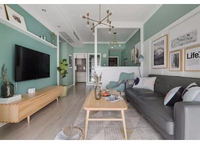 全案以马卡龙色系墙漆搭配开来,薄荷绿、亮黄色、樱花粉都不会显得太扎眼,还具有舒缓压力的作用。通过设计师的努力。营造出一个包容性极强的现代简约空间