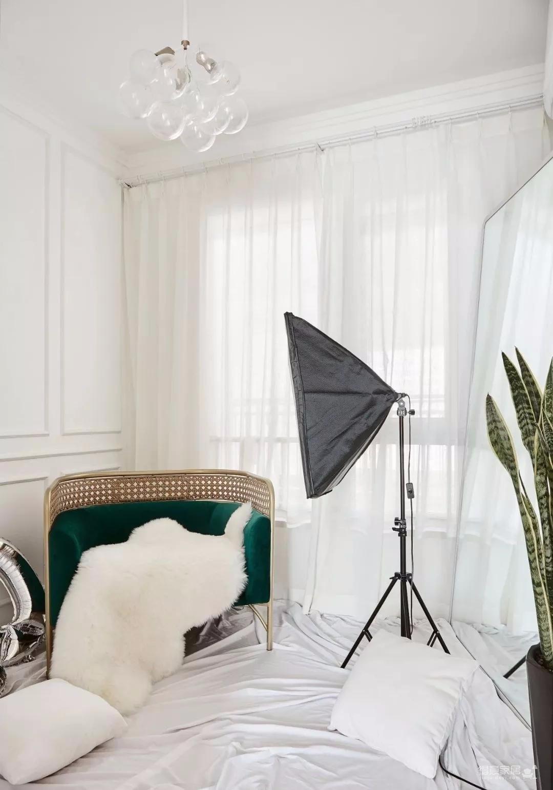 整体的硬装非常的简洁,屋主大部分的金钱都是花费在了软装上,通过这些精致的软装布置,来提升家里的格调感,打造这样一个优雅大方的家。