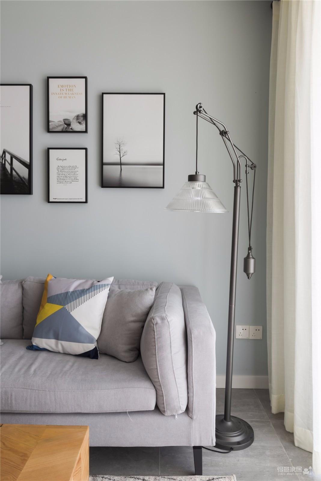 客厅采用灰色配脏橘色,稳重又不失活跃。选用橘色这样鲜艳色彩,只需把其降低一个色度,就让整个空间瞬间亮了起来,充满新鲜感,却又不突兀。