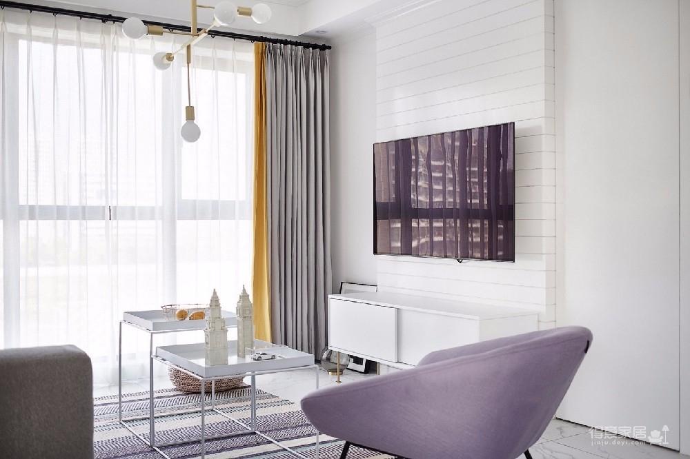 整体简约温馨,同时也非常注重空间的功能性,绝对是每个女生都梦寐以求的公主房,加入了浅灰色和粉色的设计,增添了一丝浪漫感觉。