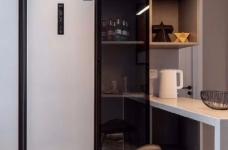 本案以现代风格出发,低饱和度色彩叙述着空间高级感。有序的布局透露着新现代主义纯粹的本质,阿尔卑斯系列瓷砖与跳跃的色彩点缀,让空间灵动富有张力、更具层次感图_8
