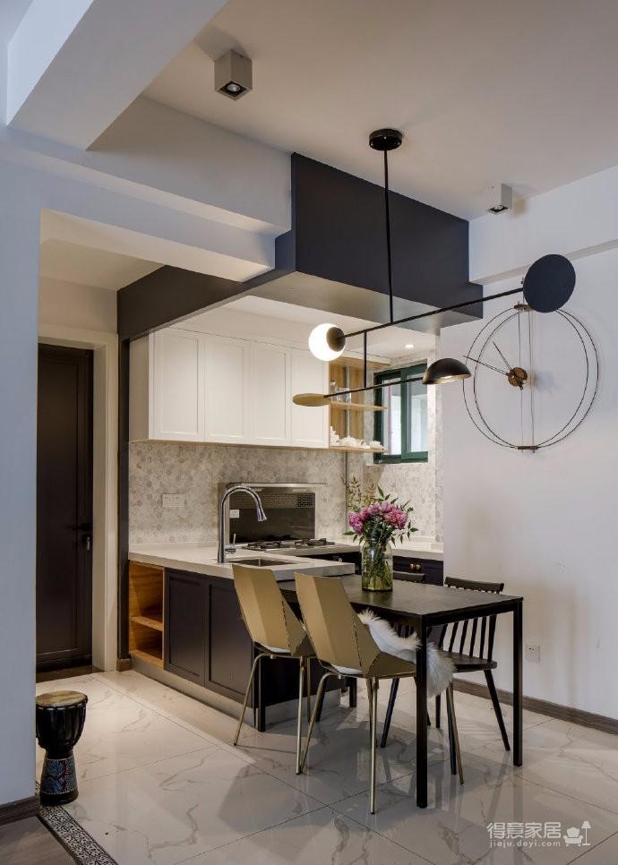 100平米北欧清新风两居室,简约质朴的清新风,不需要过多装饰材料,设计师保留空间的部分留白,纯白墙面,搭配中灰度沙发,灰蓝色抱枕点缀,平衡了色彩之间的明暗关系