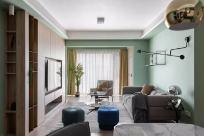 121平米现代休闲风三居室,整体定位现代休闲,整屋大色块手法处理,原木色饰面板+3种绿色+藏蓝色局部跳色。整屋人字拼地板砖、鱼骨地板铺设,色调清新淡雅,轻松舒适