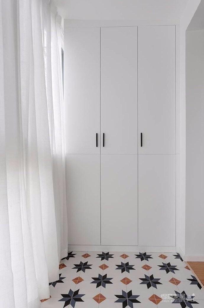 设计师在次卧和客厅、客厅和餐厅做了可变化设计,多功能的相互叠加,让居住空间更加通透舒适