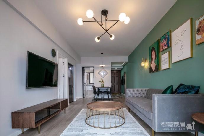 本案设计主要以色彩和软装来营造整体风格,客餐厅大面积复古绿让整体空间时尚又复古,在线条色块交错组合的搭配下,黑色细立脚的餐桌椅和黄铜色铁艺镂空的茶几,创造出层次丰富的空间感