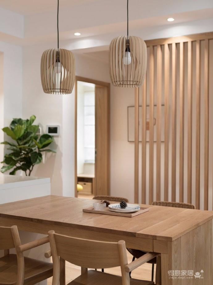 """本案例是一套经典""""开发商式风格""""的精装房,140 m²的传统套四,屋主是一对从事金融与IT的年轻夫妇,应屋主需要设计师运用大量的原木元素,温馨且自然"""