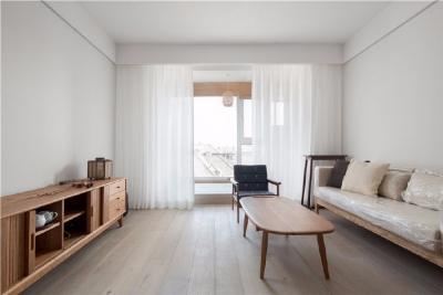 70平日式风家居,低矮的原木风家具让空间宽敞了许多