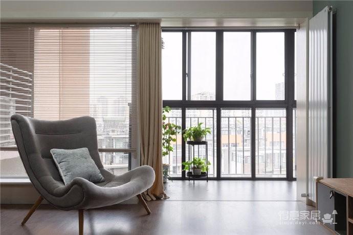 130㎡北欧四居室,考虑到三代同堂的居住关系,设计师在家具选购上多以原木为主,自然的实木触感创造出平实、安静的归属感。在配色上采用公区以低饱和度的灰绿色为主、私区以明亮的珊瑚橘为辅,再通过前进色与后退色的相互作用,来营造层次丰富的空间氛围
