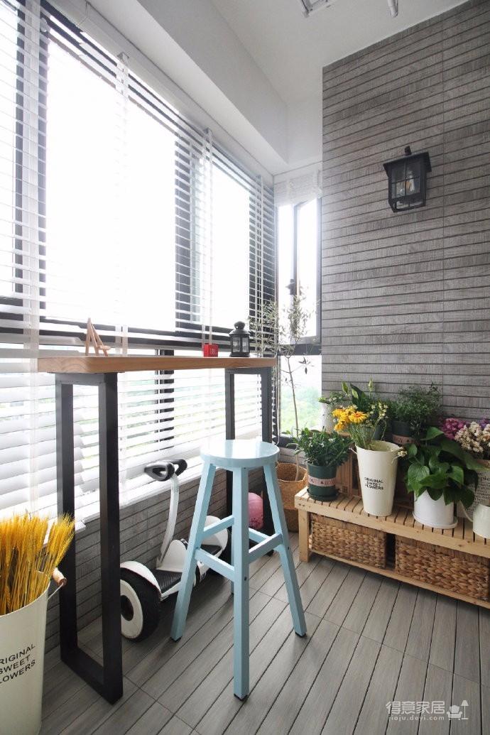 76平原木色北欧风两居室,业主喜欢文艺范儿,温馨舒适的居住环境。设计师从业主最初的生活诉求出发,精美的简约线条,素雅的色彩架构,不乏质感的装饰细节,构筑出了一个舒适自然、温和优雅的的感性空间