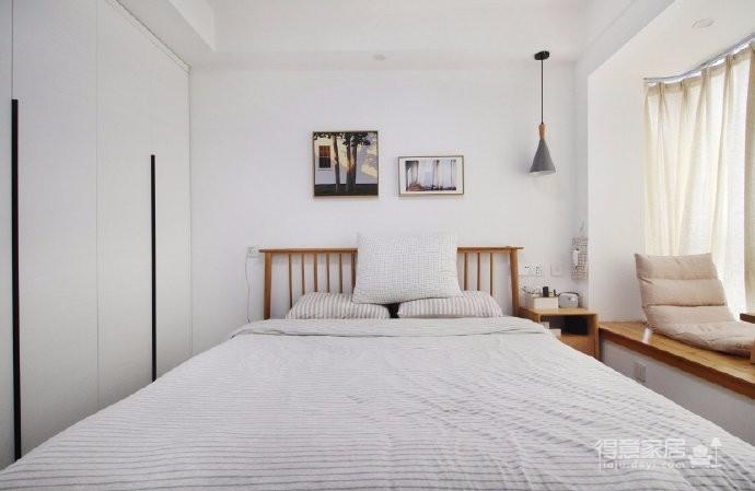 设计师从业主最初的生活诉求出发,精美的简约线条,素雅的色彩架构,不乏质感的装饰细节,构筑出了一个舒适自然、温和优雅的的感性空间。