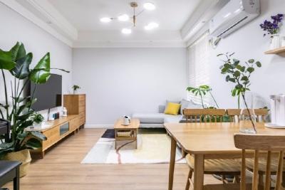 76.8平米原木+薄灰+米白两居室,基于屋主小姐姐在整体风格的喜好上偏向北欧、日式、轻奢复古,材质上喜欢温馨的木质感。设计师使用了暖灰色墙面搭配原木材质的家具,希望通过木纹与绿植的简单搭配,营造出自然、闲适的放松感觉