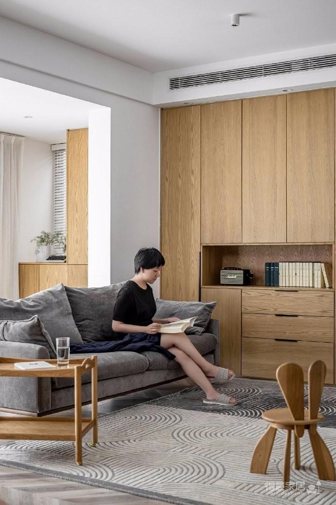 利用空间本身的特性来营造空间之间的层次,让他们在起居空间做自己的事情的同时又能够和其他的家庭成员毫无障碍的交流对话,增加空间和空间的交流和互动