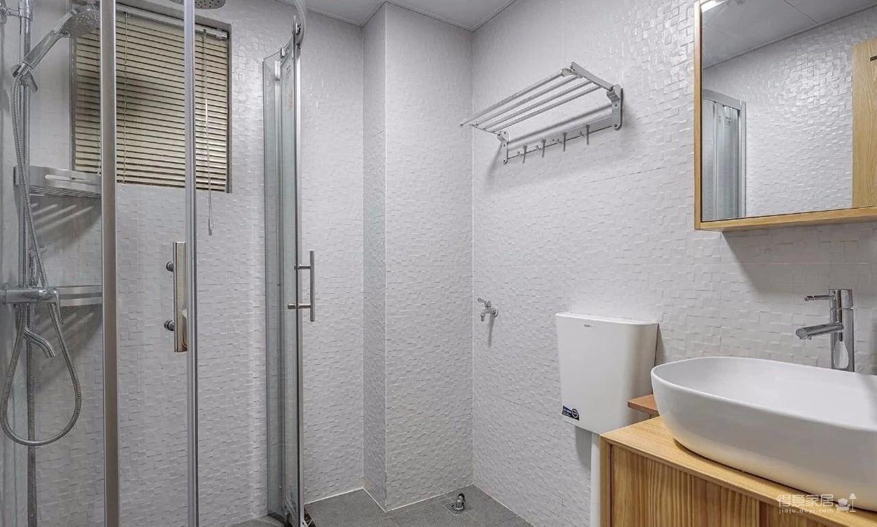 整体使用大量实木元素,能够让新房显得更加清新有档次感。餐客厅之间采用开放式的设计,整屋采用浅色的实木地板装饰,从而让室内显得更加敞亮有档次感。