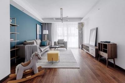 湖蓝色贯穿整屋配色,大部分家具使用胡桃木定制,地板也用原木铺设,清晰的木质肌理展露出自然的温润,整体清新自然。