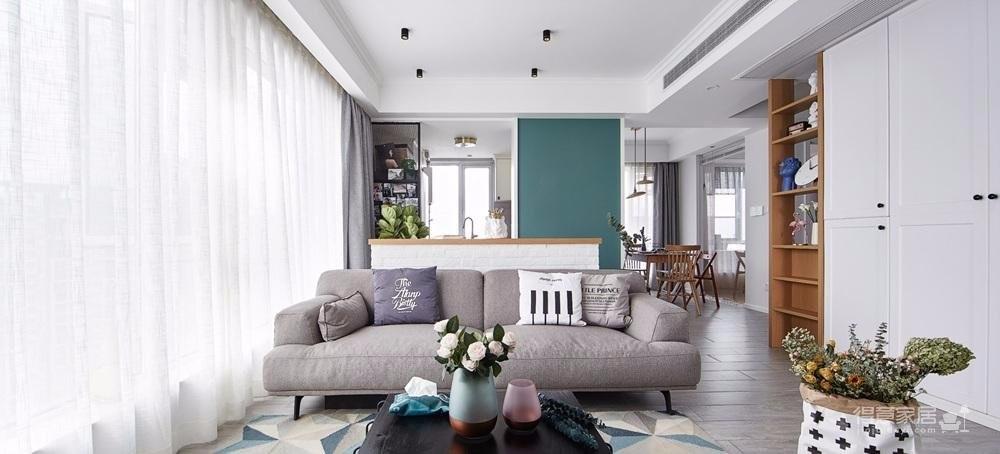 采用现代北欧风格,利用每一处空间,贴近生活,实用又不失美观性。居室整体追求宁静,轻松之感,客餐厅的设计以自然细腻的材质与柔和淡雅的色彩营造出简洁大气的空间气韵