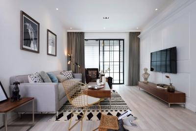 客厅空间的布置重点在于家具的选购与色彩以及布品的搭配,协调、对称的技巧,让每一个细节的铺排,都呈现出令人感觉舒适的气氛。
