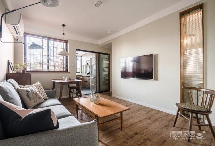 业主夫妇比较喜欢温馨舒适的风格。于是最终定下整屋走日式原木风,家具以胡桃木为主,墙面刷上温馨的淡黄色,加上部分绿色让整体不会太平淡