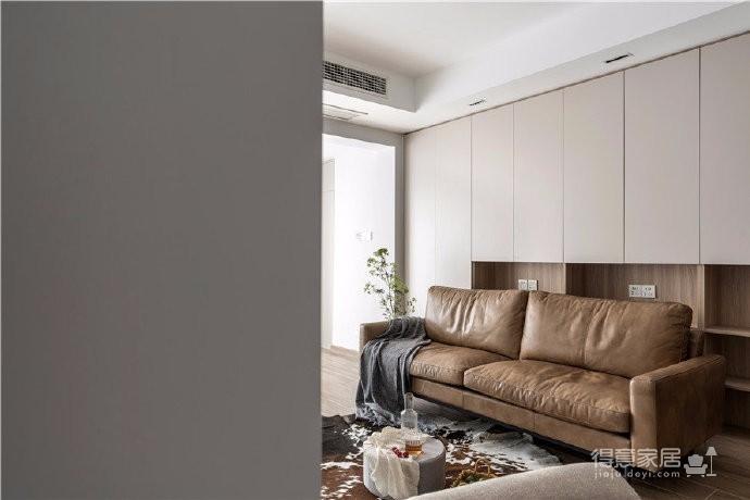 业主是一位思想独立、追求品质生活的女士,对于这套房子的功能需求有着十分清晰的规划。整体空间色彩选择木纹、灰色调为主,简洁大方,而不简单