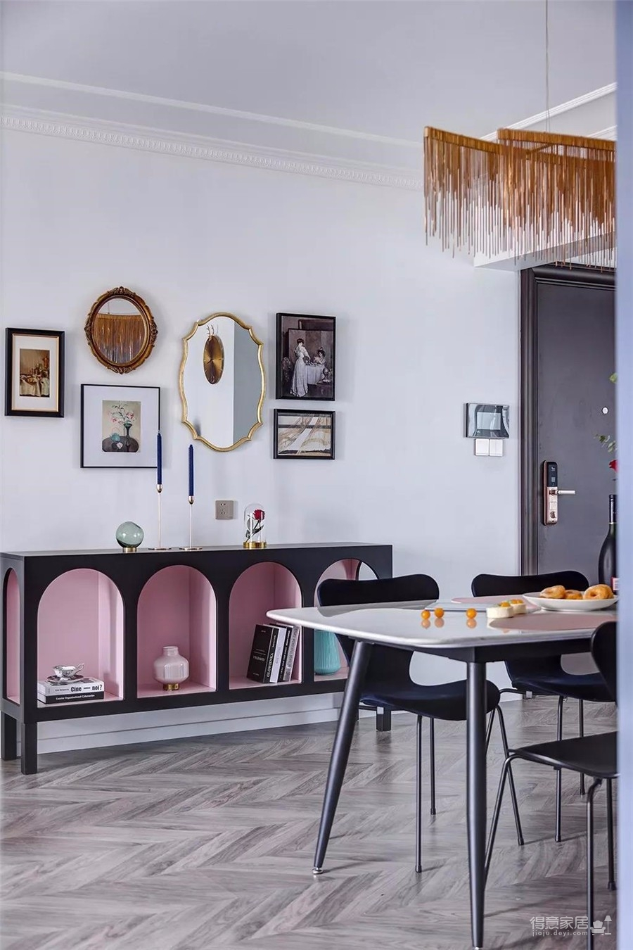设计上去繁从简,注重功能性。整体以灰蓝色为主色,宁静柔和,选择了形体硬朗、款式新颖的家具,具有独特艺术特点的软装饰品,从细节中体会质感生活带来的舒心温暖。