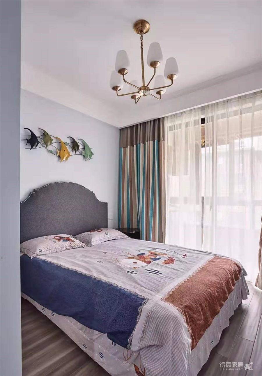 多元素跳色搭配,粉色+蓝色+橙色+紫色等色彩的混搭,很符合女性的审美与气质。室内空间营造了一种华美、富丽、浪漫的气氛。