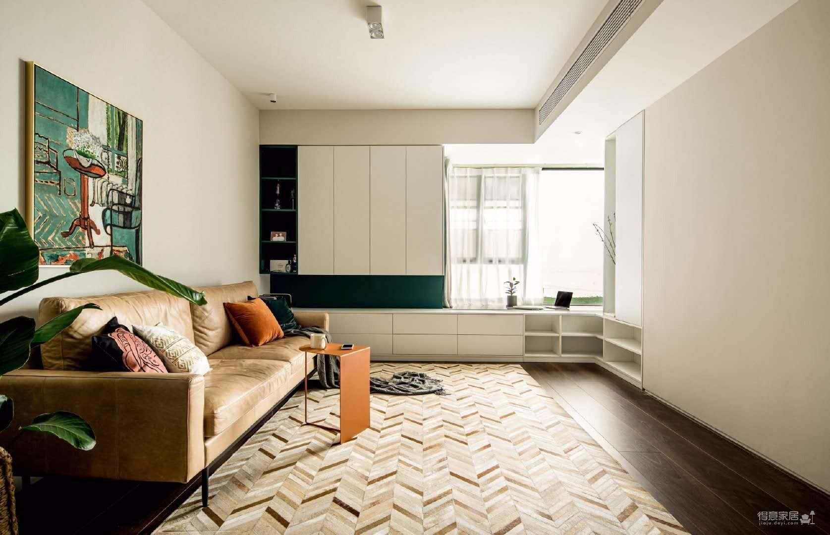 74平米复古与北欧的混搭两居室,结合居住者的浪漫艺术气质在空间中大胆加入墨绿色,并且利用黑胡桃木进行调和,搭配油画及金属配饰营造出赋予独特意义的轻复古时尚气息。