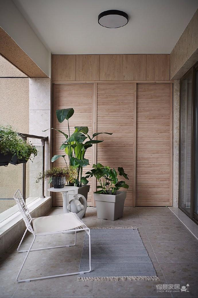 这是一套临江的住宅,实测面积接近120平米,总造价约30万元(含全部硬装、软装以及电器)