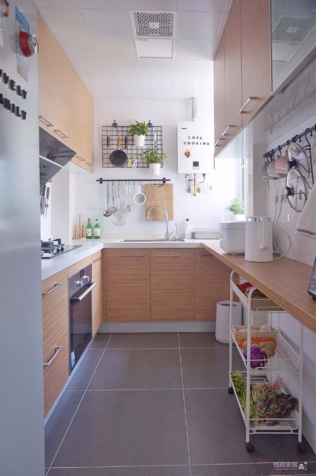 70平北欧风格装修案例,厨房配色设计很经典,白墙亮堂,灰色地砖耐脏,原木色橱柜很温暖。