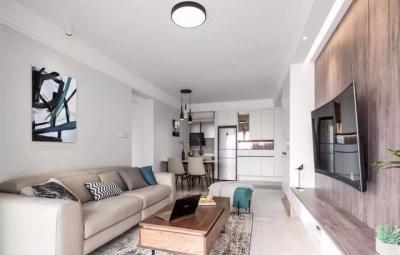 房子空间不大,在设计上以白色为主,搭配木质家具,来营造一个轻松、舒适的居住环境。客厅电视背景墙是房子内部最有设计感的地方,也深深让人沉迷其中。