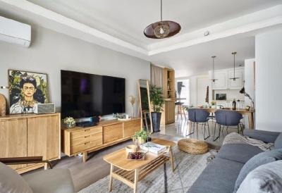 90㎡日式风格家居,整体暖色为基调,浅灰色棉麻质感的沙发提升空间的气质,与整个空间的原木色搭配