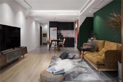 68㎡北欧风格装修,餐厅的挂画,深绿色墙面很有质感