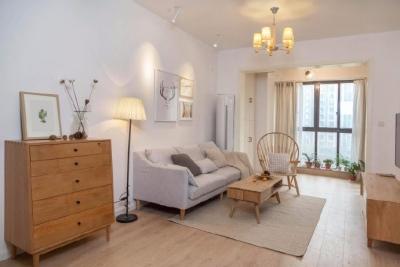 浅原木色的复古地板,配上原木的家具,既温和儒雅,又舒适