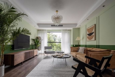 设计师从材质、色彩表达和家具风格上营造出了一种度假感受。用隐形收纳柜的方式满足收纳功能,让空间保持整洁和美感。