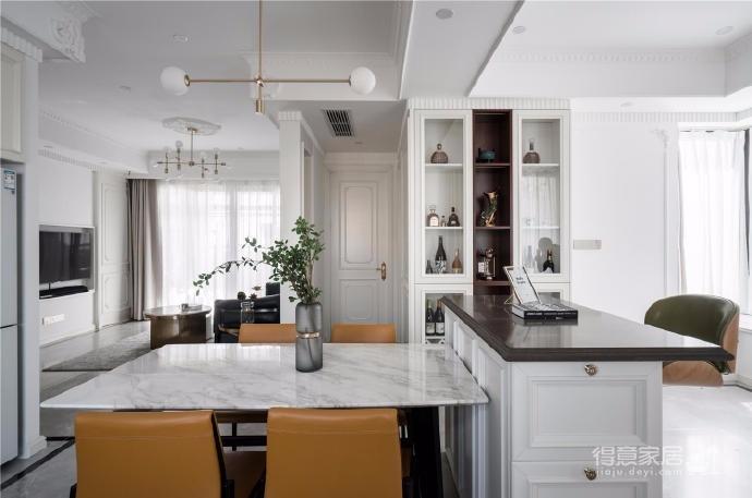 以法式风格为主,结合现代轻奢的家具,使空间层次分明。工艺精细考究的雕花、线条,从细节中赋予空间典雅、浪漫的空间氛围。