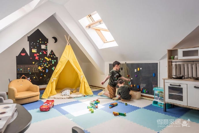 现代风格,黑白灰色调,半开放式厨房,阁楼打造成儿童游乐区。