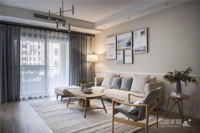 以灰色调为基底,搭配大量的原木色元素,从地板到家具,营造出更为轻松自然的舒适感觉