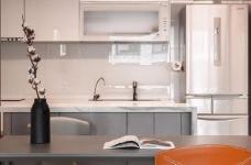 同步挥别浓郁且深沉的色系,以素雅灰调铺展于硬件与家具之间,奠定简静基底,巧妙植入水墨质感磁砖薄板,框构一幅内敛且禅意的张力端景图_10