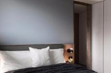 同步挥别浓郁且深沉的色系,以素雅灰调铺展于硬件与家具之间,奠定简静基底,巧妙植入水墨质感磁砖薄板,框构一幅内敛且禅意的张力端景图_7