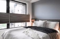 同步挥别浓郁且深沉的色系,以素雅灰调铺展于硬件与家具之间,奠定简静基底,巧妙植入水墨质感磁砖薄板,框构一幅内敛且禅意的张力端景图_8