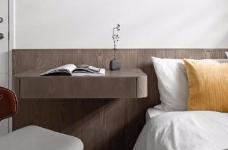 同步挥别浓郁且深沉的色系,以素雅灰调铺展于硬件与家具之间,奠定简静基底,巧妙植入水墨质感磁砖薄板,框构一幅内敛且禅意的张力端景图_6