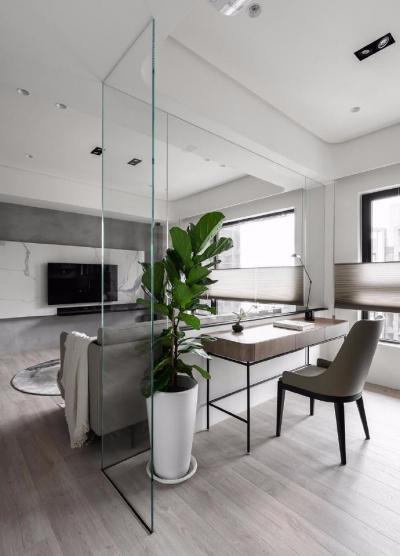 同步挥别浓郁且深沉的色系,以素雅灰调铺展于硬件与家具之间,奠定简静基底,巧妙植入水墨质感磁砖薄板,框构一幅内敛且禅意的张力端景