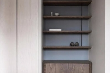 同步挥别浓郁且深沉的色系,以素雅灰调铺展于硬件与家具之间,奠定简静基底,巧妙植入水墨质感磁砖薄板,框构一幅内敛且禅意的张力端景图_12