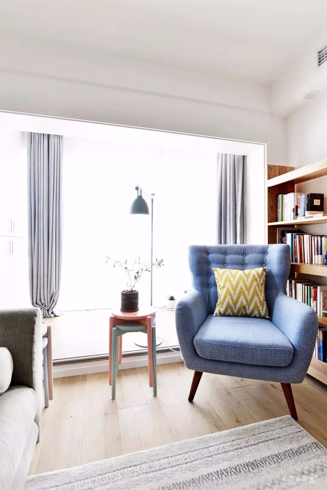 72㎡的简约风二居室,阳台抬高、清新又自在