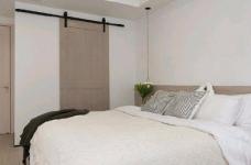 简洁的北欧。白色的墙面、灰黑的家饰、搭配上木质的地板,让生冷的色系,调和出温馨的气氛图_4