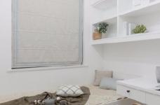 这是一套以白色调为主的北欧风案例,墙、顶面都保留为干净的本白,顶面增加了一些复杂精美的石膏花线装饰,营造出清透自然的北欧风情图_4