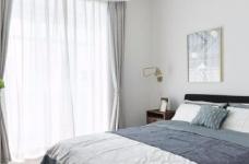 这是一套以白色调为主的北欧风案例,墙、顶面都保留为干净的本白,顶面增加了一些复杂精美的石膏花线装饰,营造出清透自然的北欧风情图_5