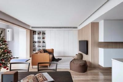 设计师从空间内环境与居住者的关系入手,把空间尽可能的进行简单划分。满足功能性的同时去除一切外在和不必要的修饰,保留最纯粹的感官体验