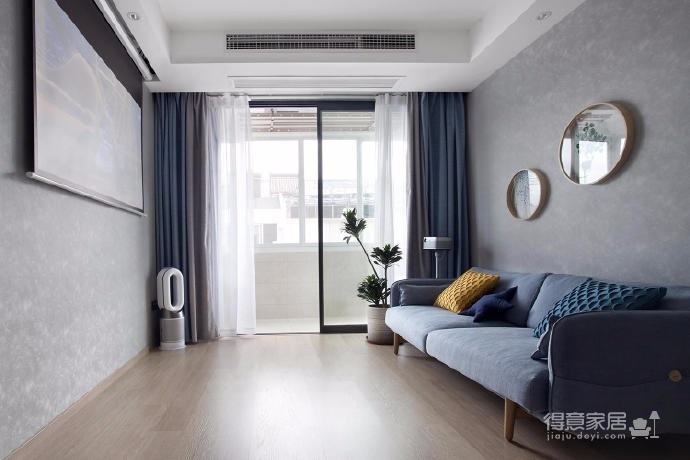 有光的清晨照進客廳真的很美,整體以灰為主的色調搭配淺藍色布藝沙發,構造溫馨的家庭空間圖_1