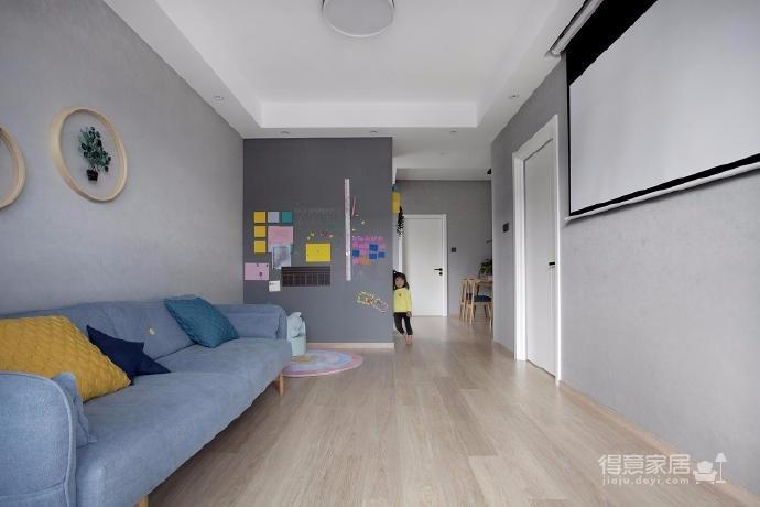 有光的清晨照進客廳真的很美,整體以灰為主的色調搭配淺藍色布藝沙發,構造溫馨的家庭空間